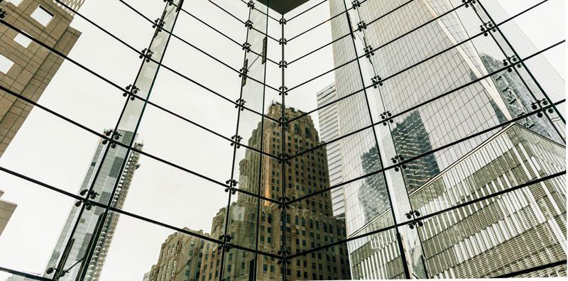 Grattacielo riflesso su edificio