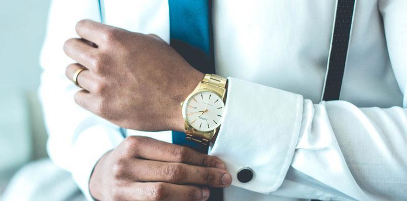 uomo con orologio di lusso